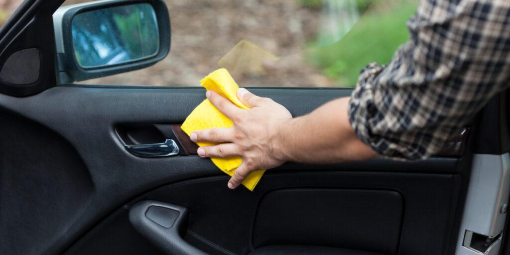 Pulire correttamente la tappezzeria dell'auto.