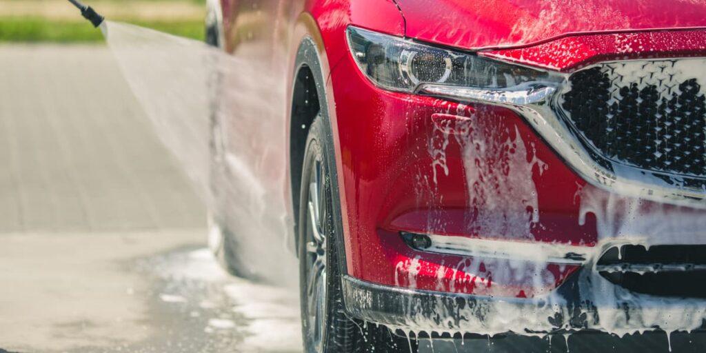 Pulire correttamente un'auto è importante, non solo per una questione estetica ma anche igienica.