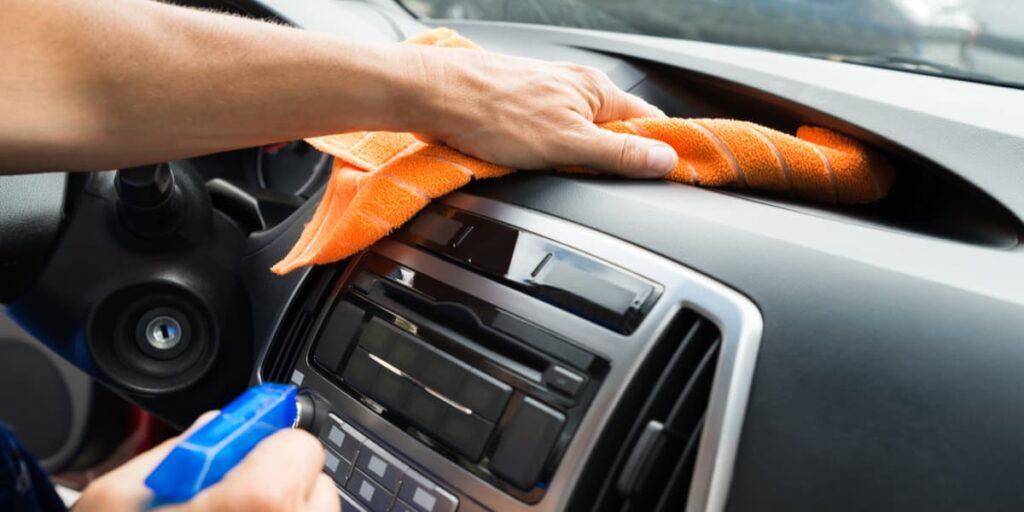 Pulire spesso e con cura gli interni della propria auto.