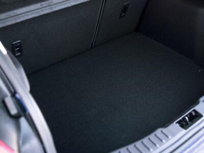 Pulizia della tappezzeria del bagagliaio dell'auto