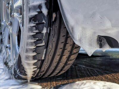 Come pulire le gomme dell'auto