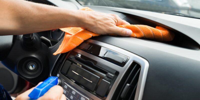 ome pulire il cruscotto dell'auto