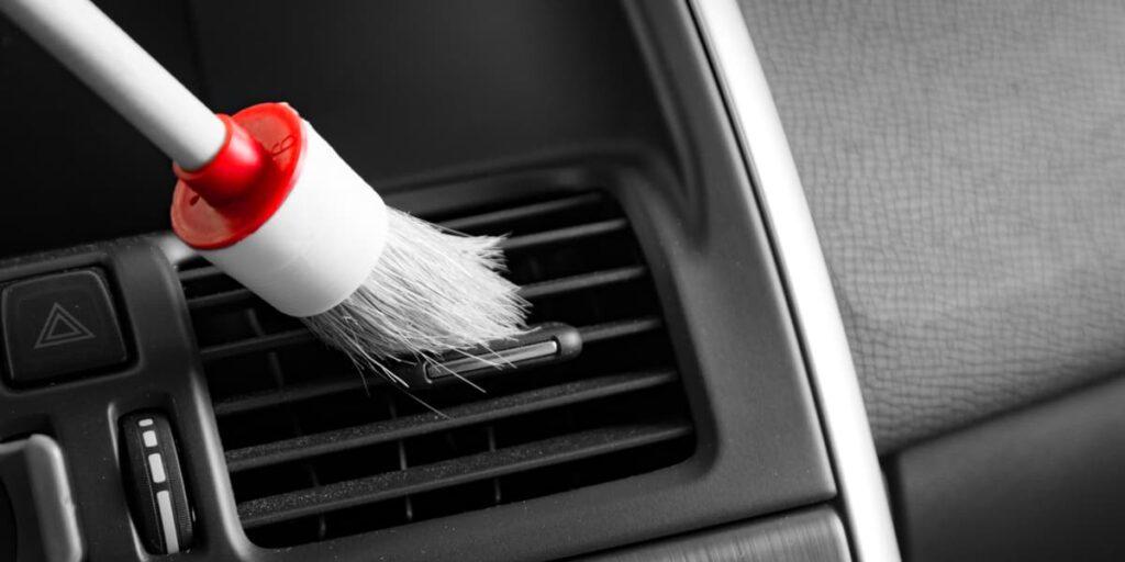 Usare il pennello aiuta a pulire più a fondo il cruscotto del'auto