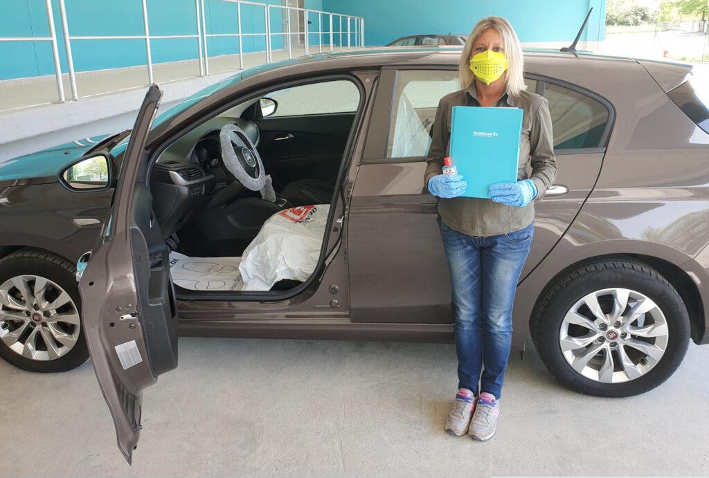 Il driver di brumbrum indossa sempre mascherina, guanti di lattice, disinfettanti per la pulizia del veicolo pre-consegna