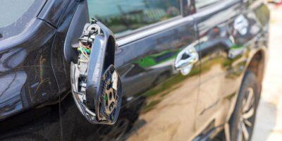 Guida con specchietto auto rotto