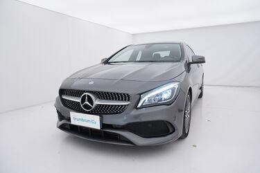 Visione frontale di Mercedes CLA