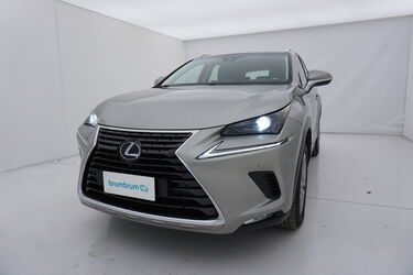 Visione frontale di Lexus NX