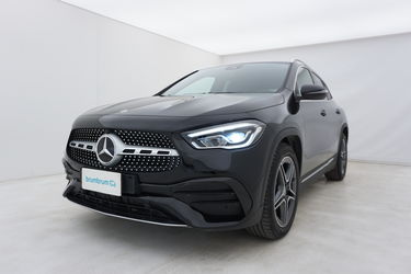 Visione frontale di Mercedes GLA
